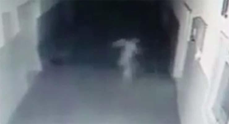 fantasma comisaria policia serbia - Cámara de seguridad capta un fantasma vagando en el interior de una comisaría de policía de Serbia
