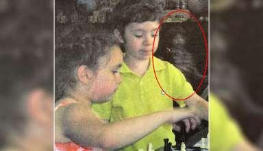 fantasma nino libro texto 384x220 - Descubren la imagen del fantasma de un niño en un libro de texto escolar