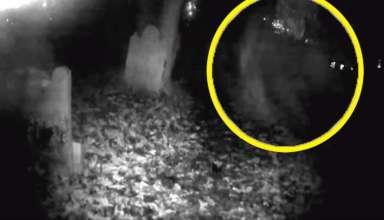 forma fantasmal cementerio 384x220 - Graban el espeluznante momento en que se materializa una forma fantasmal en un cementerio de Inglaterra