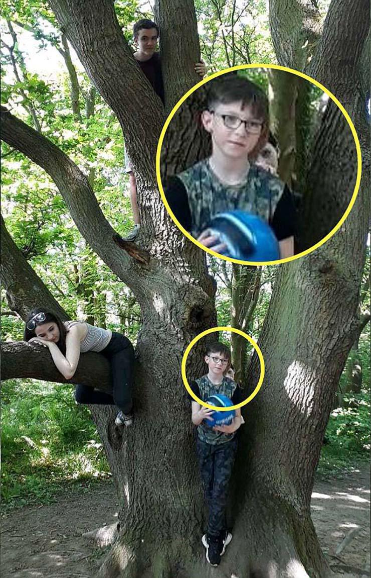 nino fantasma bosque inglaterra - Una madre fotografía un siniestro niño fantasma detrás de su hijo de nueve años en un bosque de Inglaterra