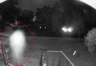 entidad voladora 320x220 - Cámara de seguridad de una casa graba una entidad voladora, ¿se trata de un fantasma o de un ser extraterrestre?