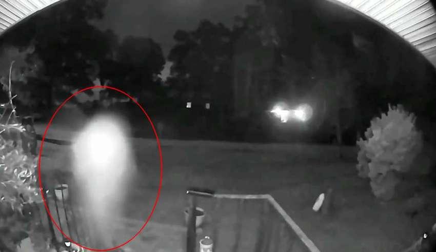 entidad voladora 850x491 - Cámara de seguridad de una casa graba una entidad voladora, ¿se trata de un fantasma o de un ser extraterrestre?