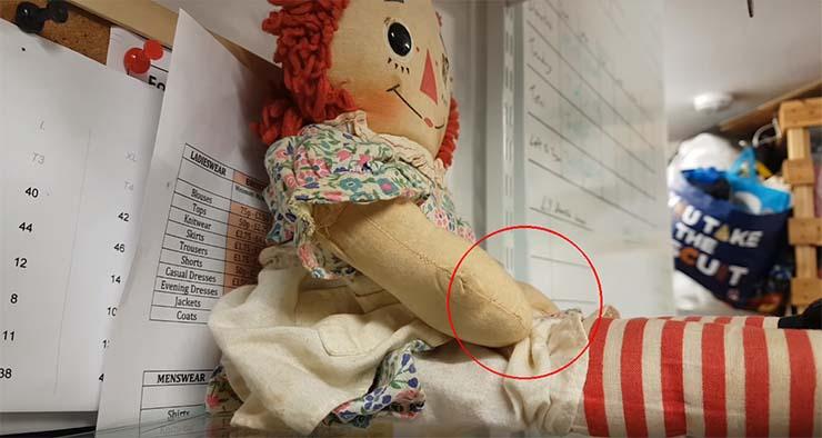 escocia mueve muneca poseida - El dueño de una tienda en Escocia graba cómo se mueve una muñeca poseída