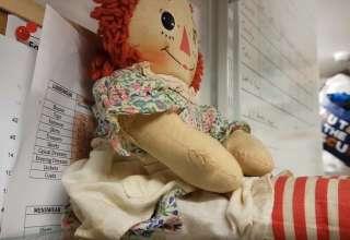 escocia muneca poseida 320x220 - El dueño de una tienda en Escocia graba cómo se mueve una muñeca poseída
