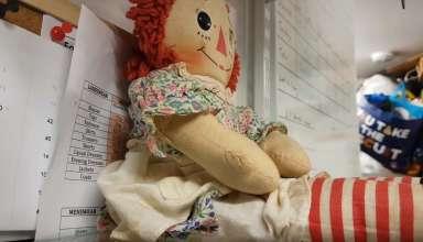 escocia muneca poseida 384x220 - El dueño de una tienda en Escocia graba cómo se mueve una muñeca poseída