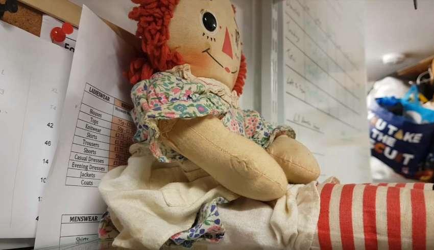 escocia muneca poseida 850x491 - El dueño de una tienda en Escocia graba cómo se mueve una muñeca poseída