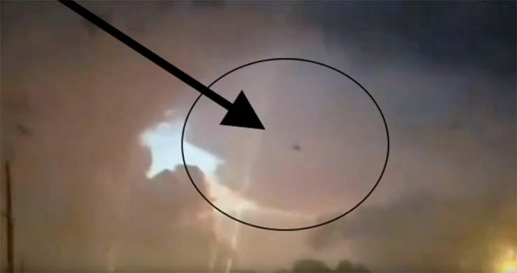 portal interdimensional cielos alabama - Un conductor graba un portal interdimensional en los cielos de Alabama