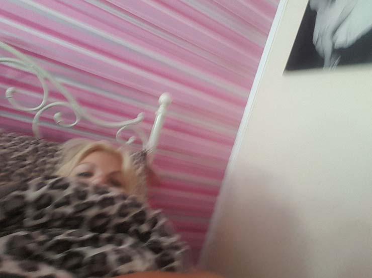 sobrenatural telefono - Una mujer se queda aterrorizada después de descubrir que algo sobrenatural le hizo una foto con su teléfono mientras dormía