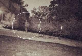 fantasma soldado 320x220 - Una cámara capta el momento en que el fantasma de un soldado regresa a su antigua casa