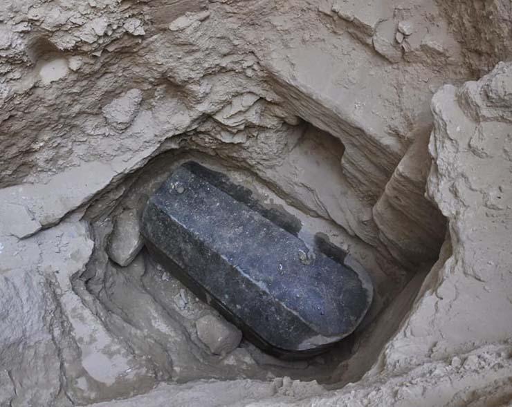 misterioso sarcofago - Arqueólogos egipcios abrirán un misterioso sarcófago negro a pesar de las advertencias sobre la maldición de los faraones