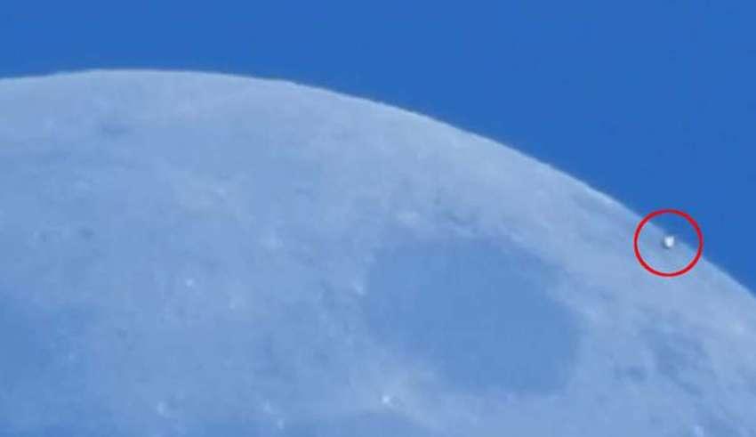 ovni cerca luna 850x491 - Astrónomo aficionado graba por casualidad un OVNI pasando cerca de la Luna