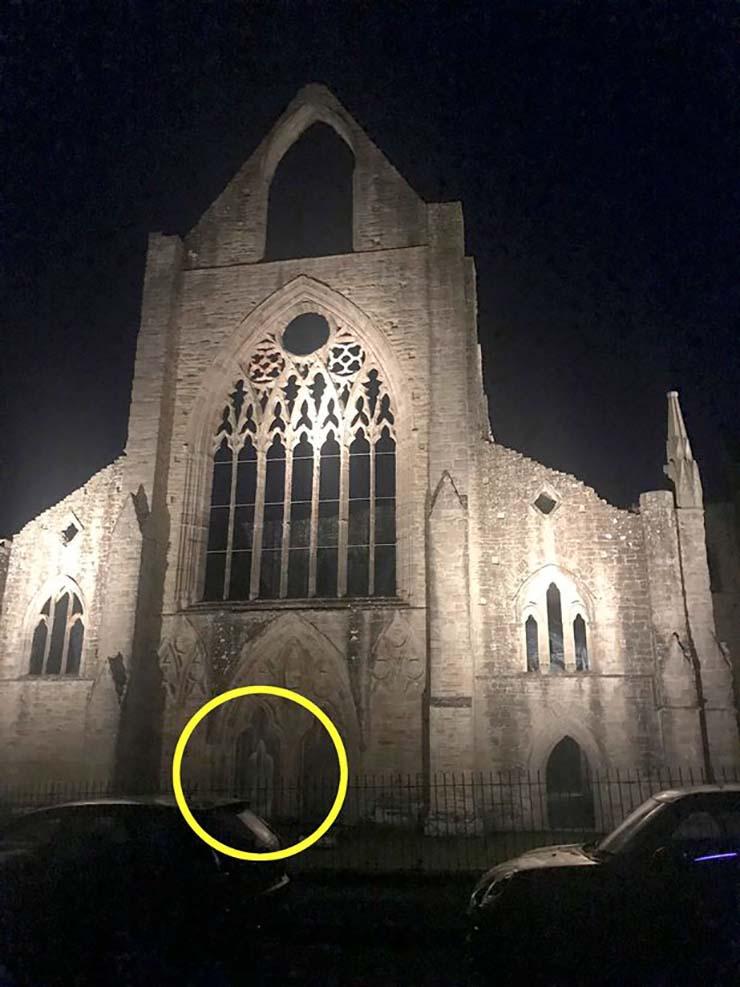 fantasma monje - Una exploradora urbana visita una abadía del siglo XII y se encuentra con el fantasma de un monje