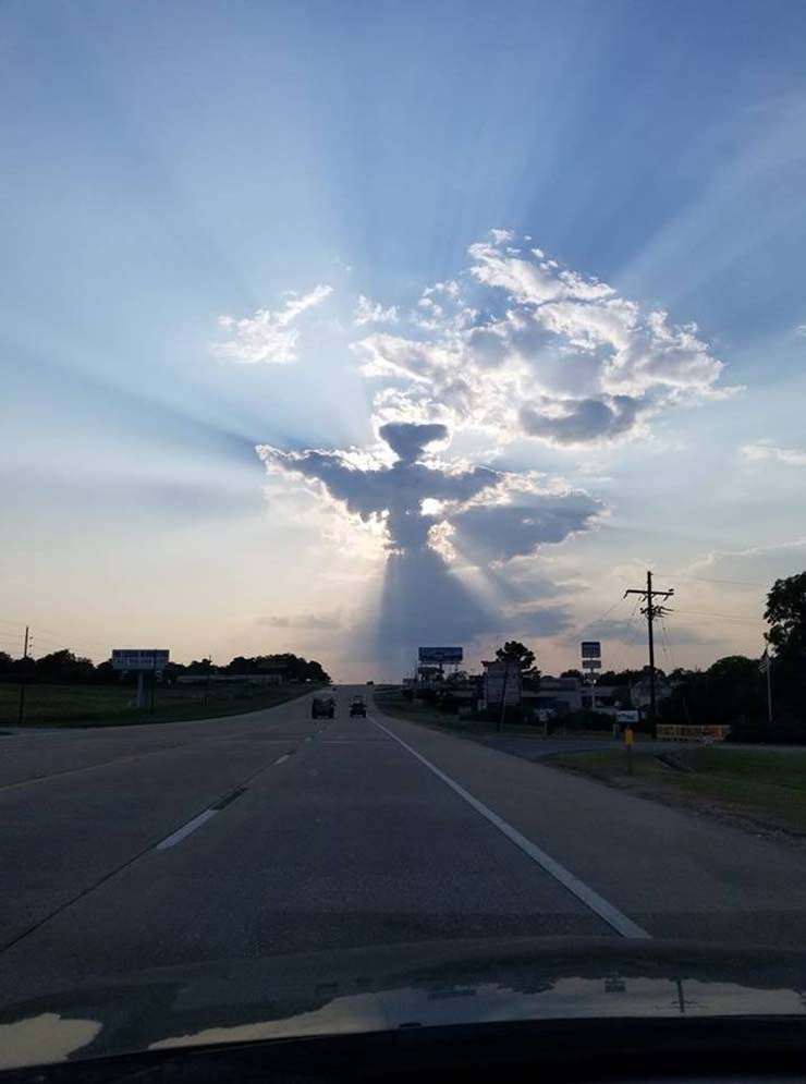 figura angelical carretera texas - Un conductor fotografía una figura angelical sobre una carretera en Texas
