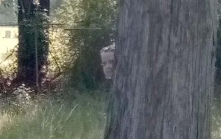 figuras fantasmales historico cementerio - Descubren dos figuras fantasmales en un histórico cementerio a través de Google Street View