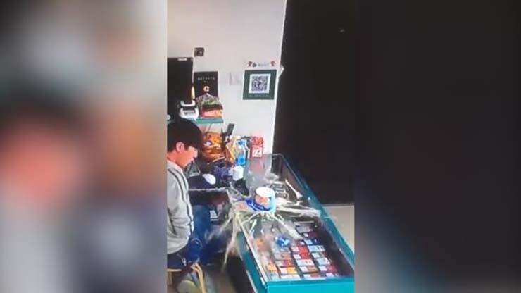 bote de fideos poseido - Vídeomuestra el aterrador momento en que un bote de fideos poseído sale disparado en una tienda en China