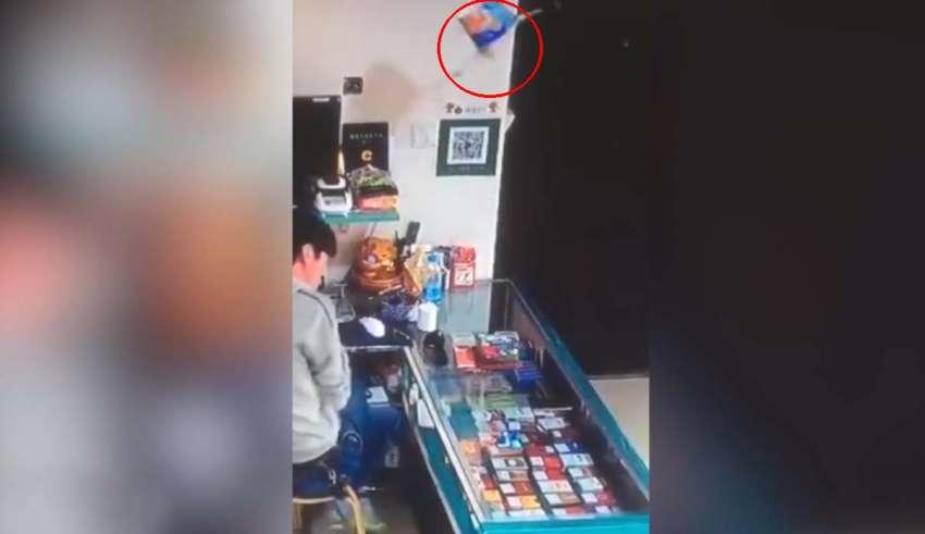 bote fideos poseido 850x491 - Vídeomuestra el aterrador momento en que un bote de fideos poseído sale disparado en una tienda en China