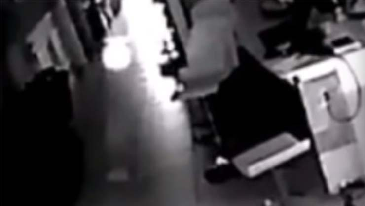 hombre camara seguridad casa - Un hombre instala una cámara de seguridad para grabar la extraña actividad en su casa, y lo que vio lo dejó aterrorizado