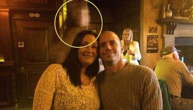 fantasma capitan titanic 384x220 - El fantasma del capitán del Titanic aparece detrás de una pareja en un famoso pub de Irlanda