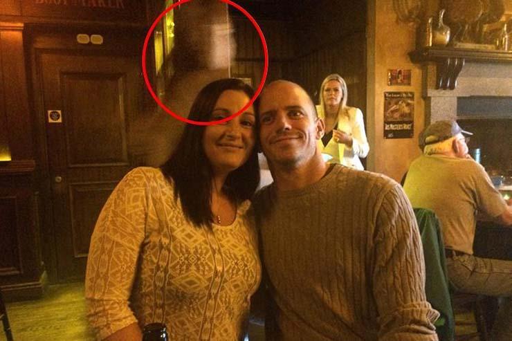 fantasma del capitan del titanic - El fantasma del capitán del Titanic aparece detrás de una pareja en un famoso pub de Irlanda