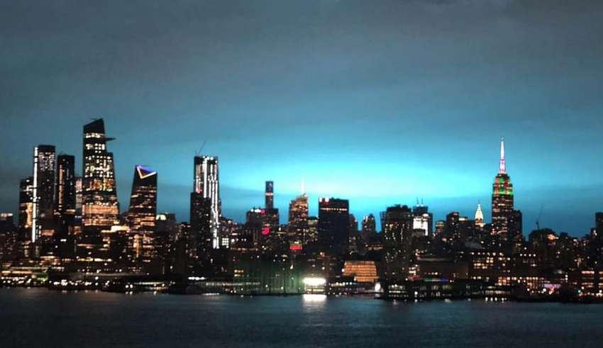 misteriosa luz azul nueva york 850x491 - Una misteriosa luz azul ilumina la ciudad de Nueva York durante la noche