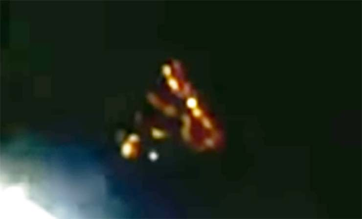ovni spacex - Aparece un misterioso OVNI cerca del SpaceX Dragon antes de que corten la transmisión en directo