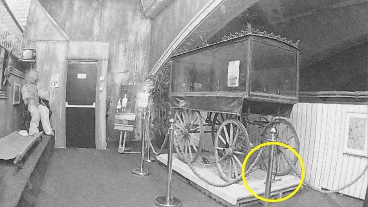 fantasma carroza funebre - Graban el momento en que un fantasma mueve una carroza fúnebre en un museo de Inglaterra