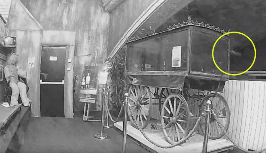 fantasma museo inglaterra 850x491 - Graban el momento en que un fantasma mueve una carroza fúnebre en un museo de Inglaterra