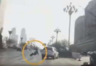 persona teletransportada china 320x220 - Un video muestra el momento en que una persona teletransportada provoca un accidente en China