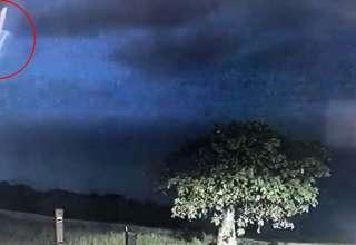 policia ovni tormenta electrica 320x220 - La policía de una ciudad australiana comparte imágenesde un OVNI durante una tormenta eléctrica