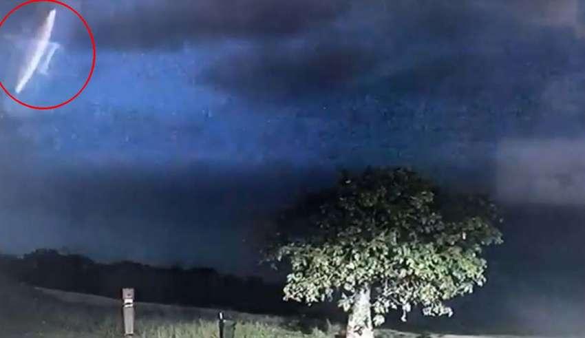 policia ovni tormenta electrica 850x491 - La policía de una ciudad australiana comparte imágenesde un OVNI durante una tormenta eléctrica