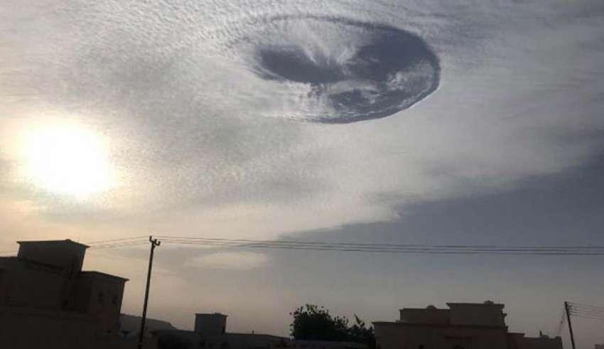 emiratos arabes unidos misterioso agujero 850x491 - El pánico se apodera de los Emiratos Árabes por la aparición de un misterioso agujero en el cielo