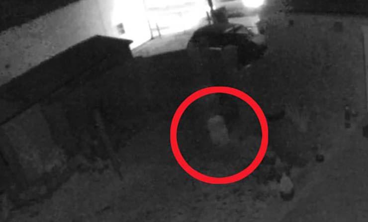 fantasma nino casa inglaterra - Cámara de seguridad graba el fantasma de un niño corriendo por el jardín de una casa en Inglaterra