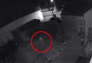 fantasma nino inglaterra 320x220 - Cámara de seguridad graba el fantasma de un niño corriendo por el jardín de una casa en Inglaterra