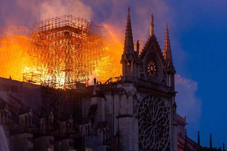 aparicion de jesus notre dame - Una imagen muestra la aparición de Jesús durante el incendio de Notre Dame
