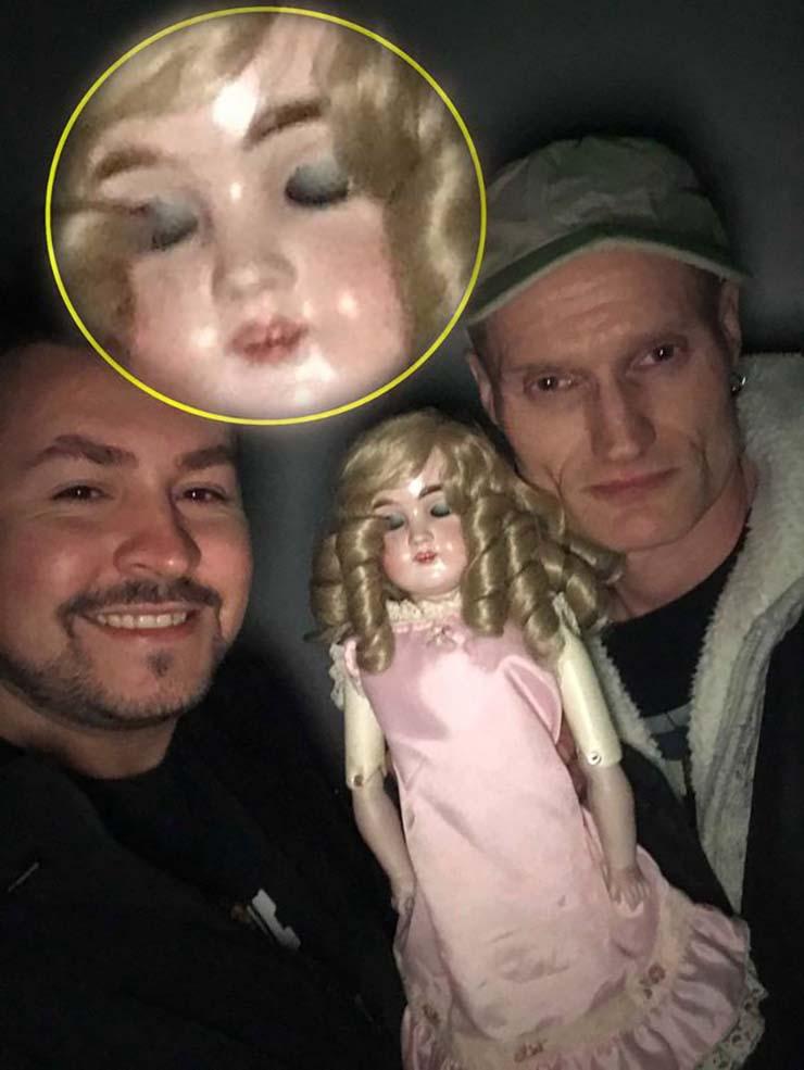 muneca embrujada - Un selfie muestra una muñeca embrujada de 116 años parpadeando
