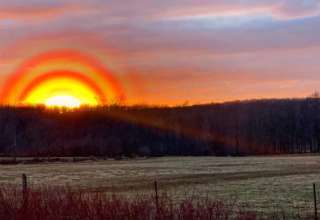 cuatro anillos sol 320x220 - Científicos no pueden explicar la aparición de cuatro anillos muy brillantes alrededor del Sol en Canadá