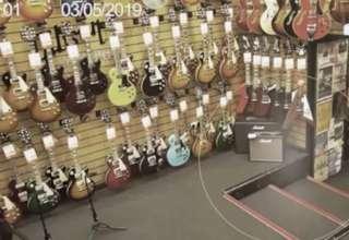 fantasma tienda guitarras 320x220 - Cámaras de seguridad graban un fantasma en una tienda de guitarras