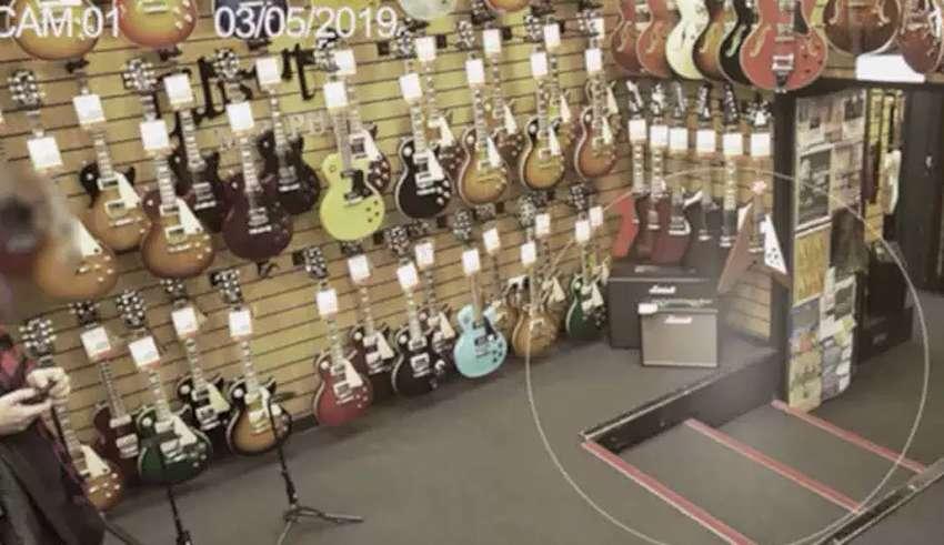 fantasma tienda guitarras 850x491 - Cámaras de seguridad graban un fantasma en una tienda de guitarras