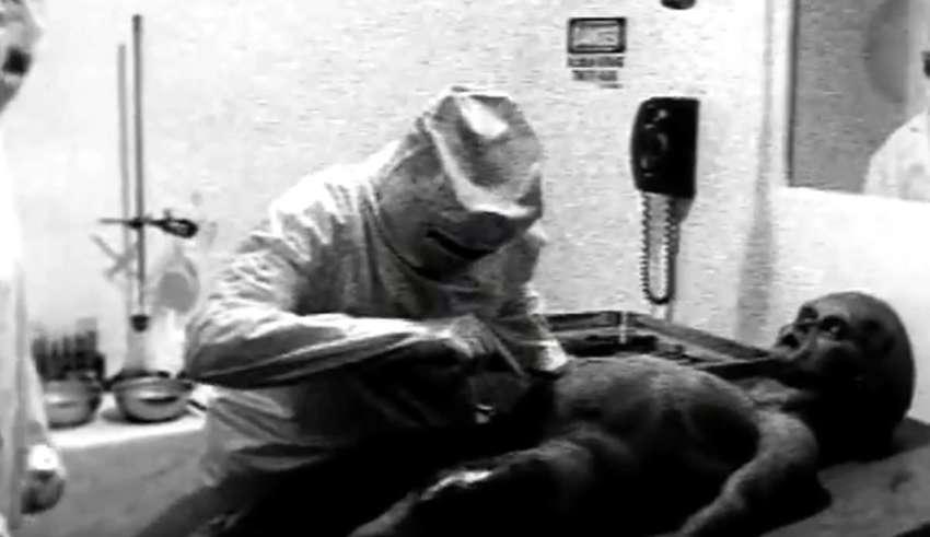 autopsia extraterrestre real 850x491 - Científico de la CIA reconoce que el video de la autopsia a un extraterrestre de 1947 es real