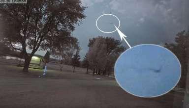 extrana figura volando 384x220 - Aparece una extraña figura volando por el cielo durante una tormenta en Minnesota