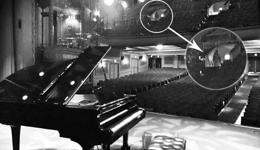 fantasma mujer teatro 850x491 - Conocido pianista estadounidense fotografía el fantasma de una mujer en un teatro