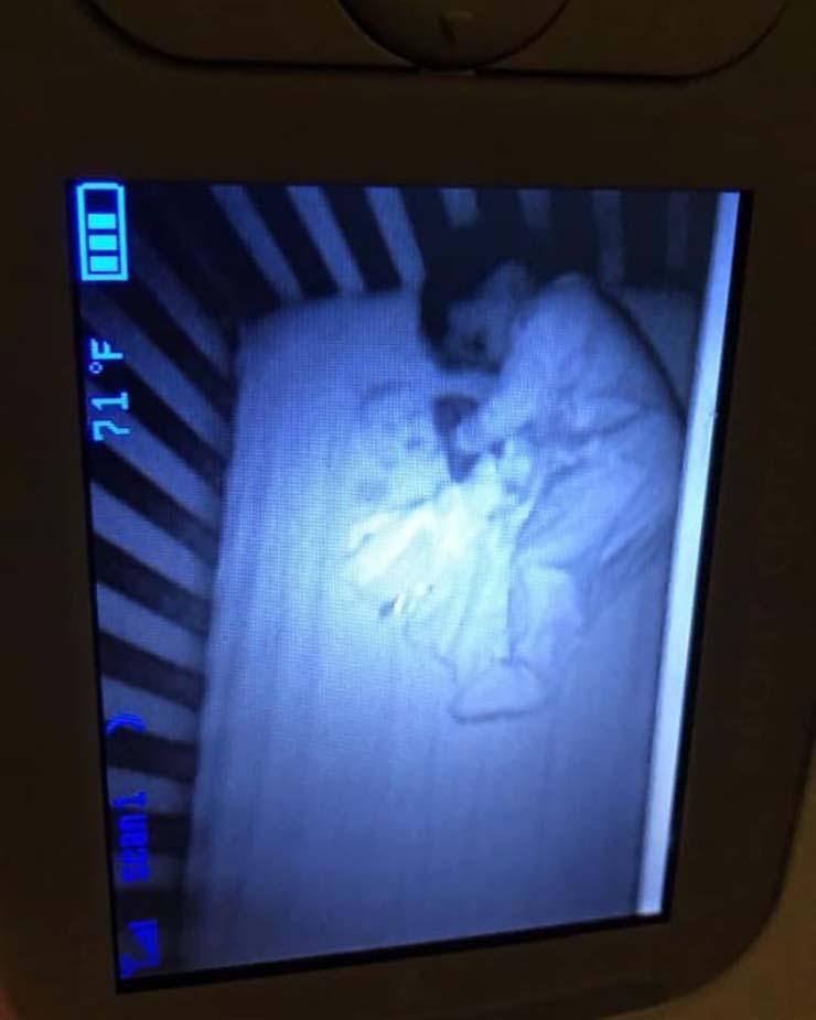 bebe fantasma cuna - Una madre aterrorizada ve un bebé fantasma durmiendo junto a su hijo en su cuna