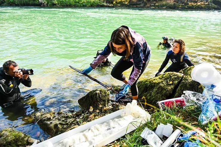 espada excalibur - Arqueólogos encuentran la verdadera espada Excálibur clavada en una piedra en un río de Bosnia