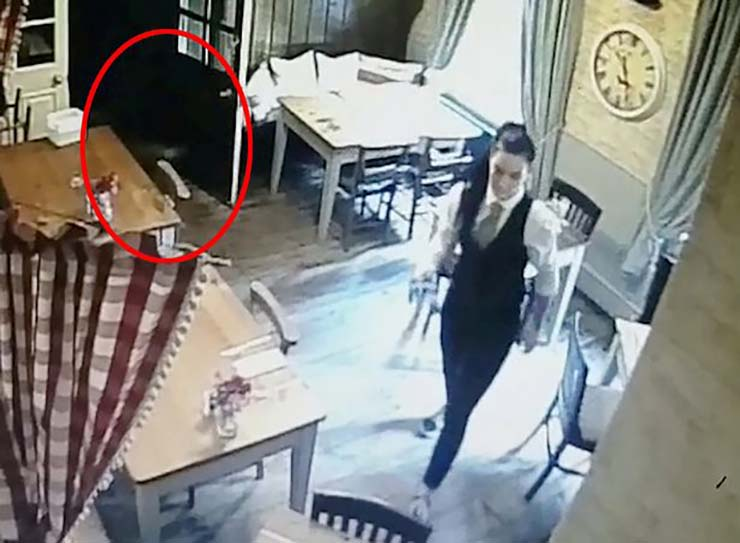 fantasma nina - Cámara de seguridad muestra el fantasma de una niña persiguiendo a la camarera de un pub inglés