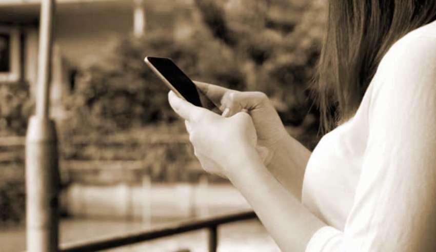 mensaje padre fallecido 850x491 - Una mujer envía mensaje de texto al móvil de su padre fallecido y 4 años después recibe una respuesta