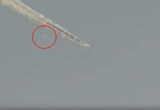 ovni chemtrail 320x220 - Un hombre graba un OVNI saliendo de un chemtrail