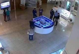 meteorito cheliabinsk 320x220 - Cámara de seguridad capta el momento en que la vitrina que cubre el meteorito de Chelíabinsk se eleva misteriosamente
