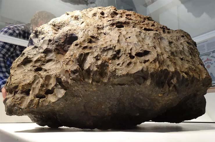 meteorito de cheliabinsk - Cámara de seguridad capta el momento en que la vitrina que cubre el meteorito de Chelíabinsk se eleva misteriosamente