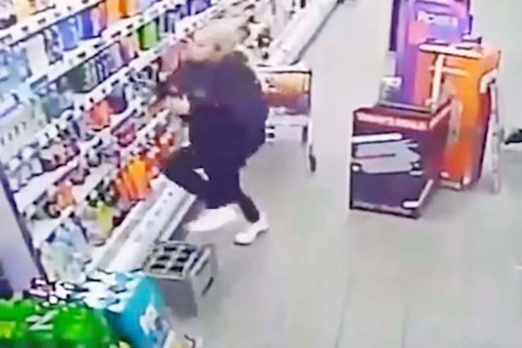 dependienta atacada fantasma - Este es el momento en que la dependienta de un supermercado en Escocia es atacada por un fantasma