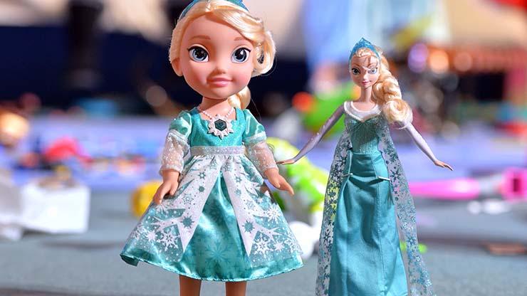familia muneca poseida - Una familia aterrorizada por una muñeca poseída, la tiran y regresa a casa